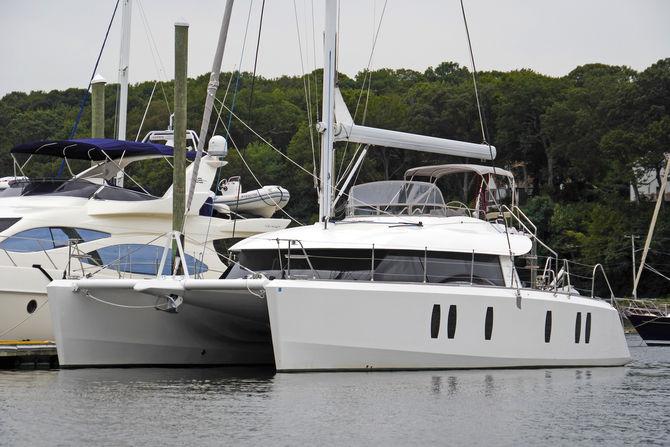Les catamarans modernes sont de plus en plus hauts. Un système à enrouleur de grand-voile permet de se faciliter la vie en grande croisière.