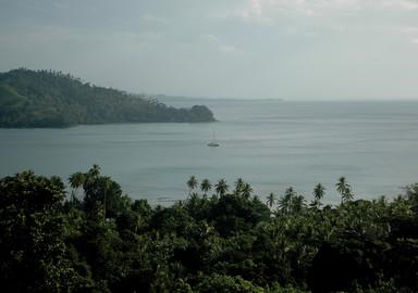 Jangada au mouillage dans l'immense lagon de Tagula Island, archipel des Louisiades.