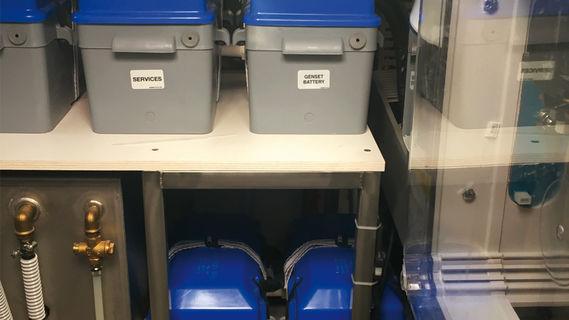 Les batteries modernes au gel ou AGM peuvent être stockées dans des caissons étanches et affectées aux fonctions qui leur sont le plus adaptées : le gel pour le service, et les AGM pour le démarrage moteur et le guindeau. Un répartiteur de charge gère le renflouage des deux parcs.