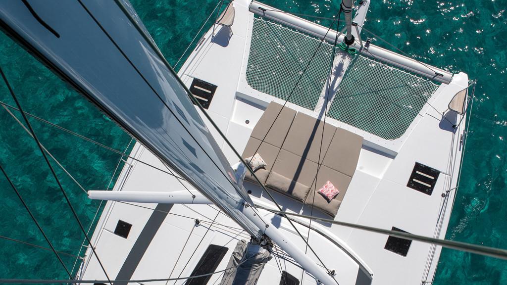 Lounge deck, beach club et autres bains de soleil prennent position sur un catamaran dédié au plaisir.