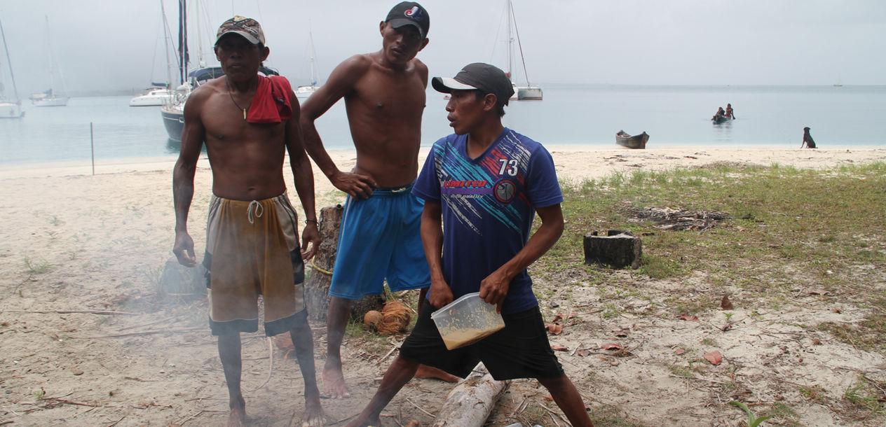 """Petit barbecue improvisé avec les """"bateaux-copains"""" et nos amis Kunas."""