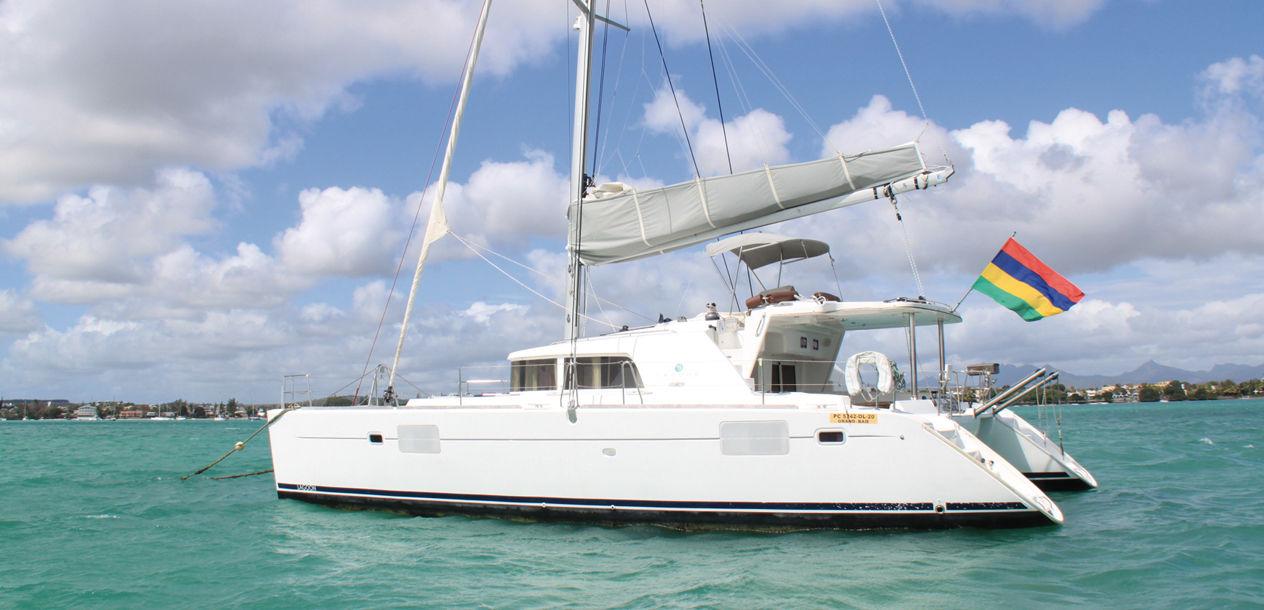 Un catamaran arborant fièrement le pavillon de l