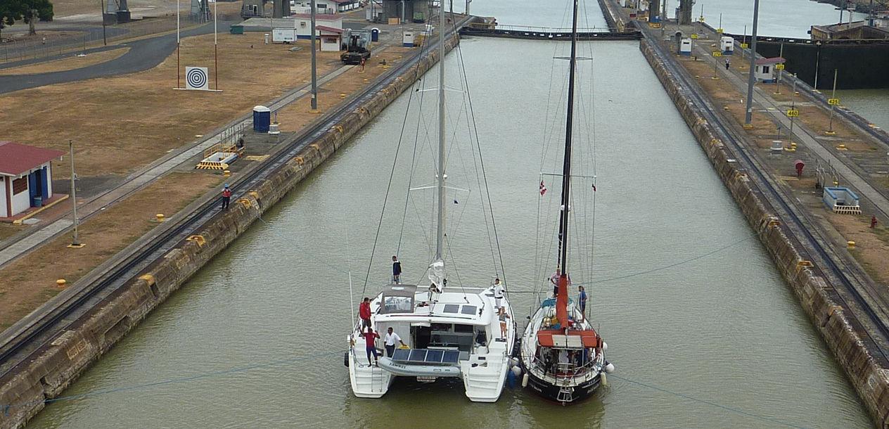 Un catamaran en transit sur le canal de Panama. Les multicoques sont beaucoup plus nombreux en pourcentage une fois arrivé dans le Pacifique… De vrais bateaux de voyage !