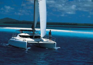 Plutôt bien toilé et surtout assez léger, ce catamaran est réputé bon marcheur.