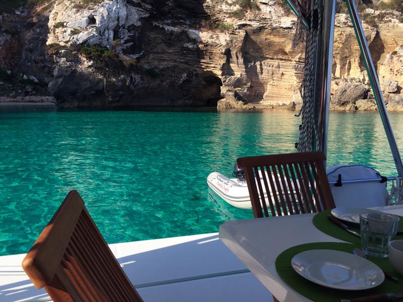 Destination Baléares : eau turquoise autour du catamaran