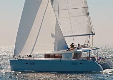 Large, haut et toilé, un catamaran peut impressionner. Pourtant, après quelques jours de formation, il est facile à manœuvrer…