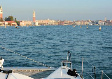 Nos lecteurs autour du monde : Un catamaran à Venise