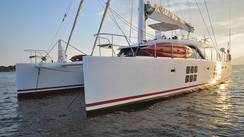 SUNREEF 58' IN THE WIND Un chantier et un bateau dans le vent