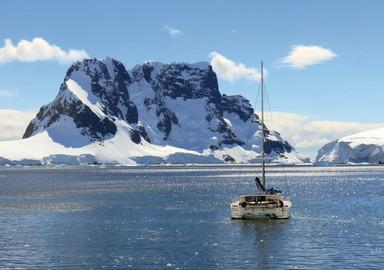 Libellule, voile et montagne en Antarctique
