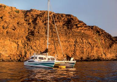 Ceilydh, notre catamaran au mouillage sous les rochers au mouillage à Sainte-Hélène.